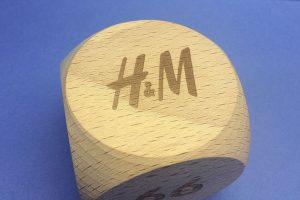 holzwürfel mit H&M Logo