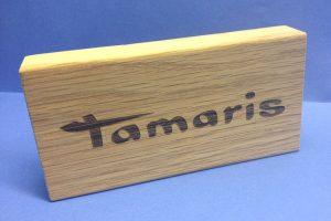 tamaris_logo_auf_holzbauste
